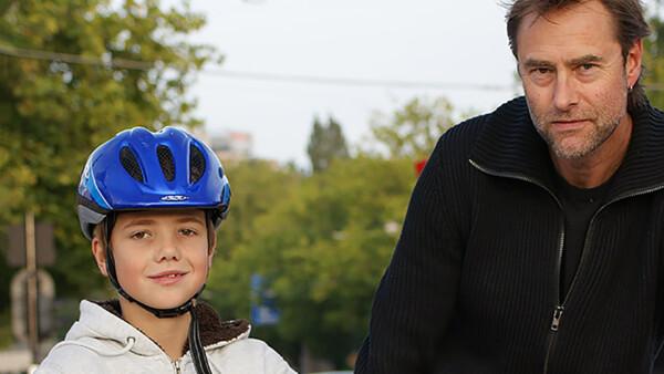 Volwassene en kind, laatste met fietshelm op