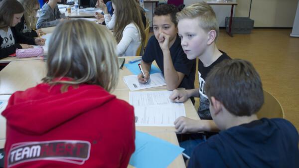Leerlingen in gesprek met begeleider Team Alert