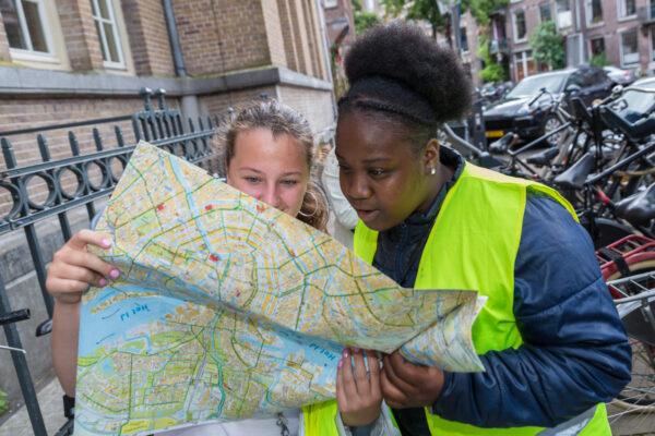 foto kinderen met een plattegrond in de hand