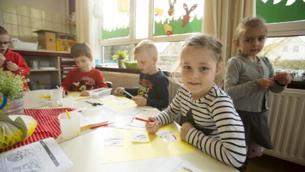 Jonge leerlingen aan het werk met het lespakket van VVN