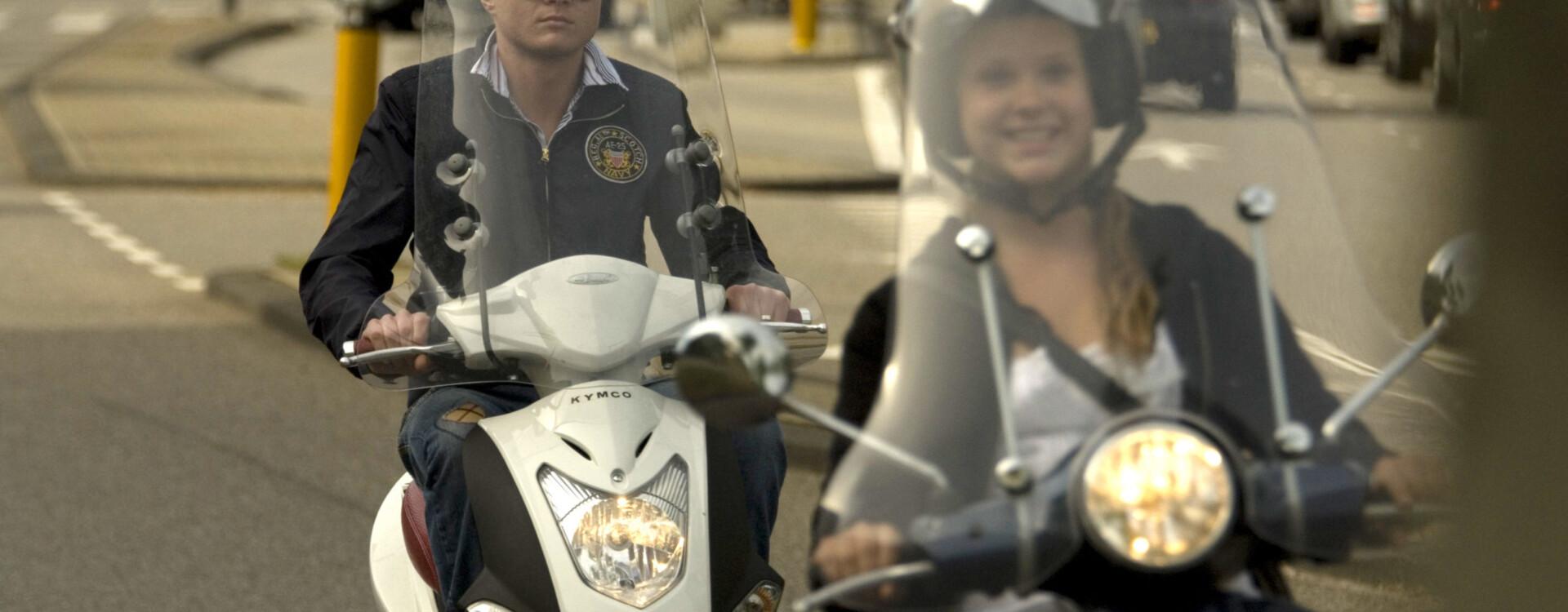 Jongeren op scooters