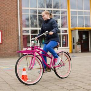 Leerling in actie bij praktische verkeersoefening