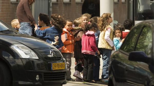 Kinderen in rij langs grote weg