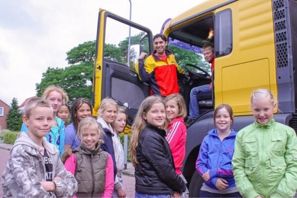 Kinderen bij vrachtwagen in het kader van verkeerseducatieles 'de dode hoek'