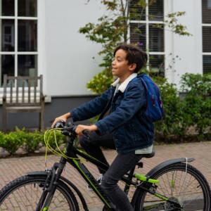 foto van jongen op een fiets