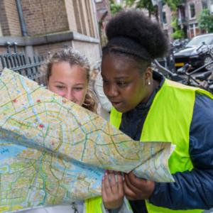 meisjes met plattegrond van de stad