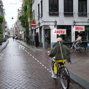 foto van twee meisjes op fiets kruising